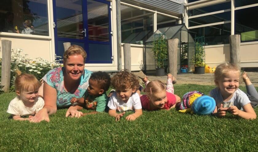 """Cindy Borsboom, de peuters en Puk in de binnentuin van Het Akkoord: """"We doen er alles aan om ieder kind een goede start te bieden."""" (Foto: pr)"""