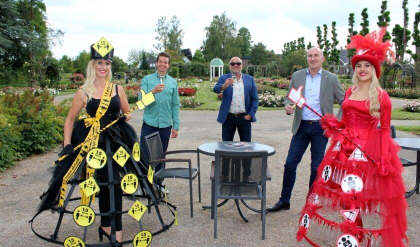 Businessborrel Rosarium: vlnr hostess Eefje, Thomas Runhart, Werner v/d Bosch, Richard Middelkoop, hostess Gina. FOTO: Morvenna Goudkade