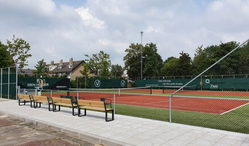 Baan 3 en 4 van de Benthuizer TennisClub zijn gerenoveerd. Foto: Mike Reumer