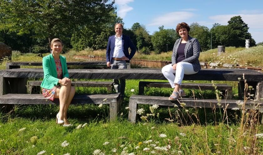 Vlnr: Antoinet Looman (heemraad Waterschap), Bart Broens (directeur Papierfabriek) en Martine Klaver (directeur Waterstromen).