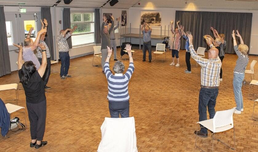 De deelnemers van Switch2Move in actie in de grote zaal van Kadans.