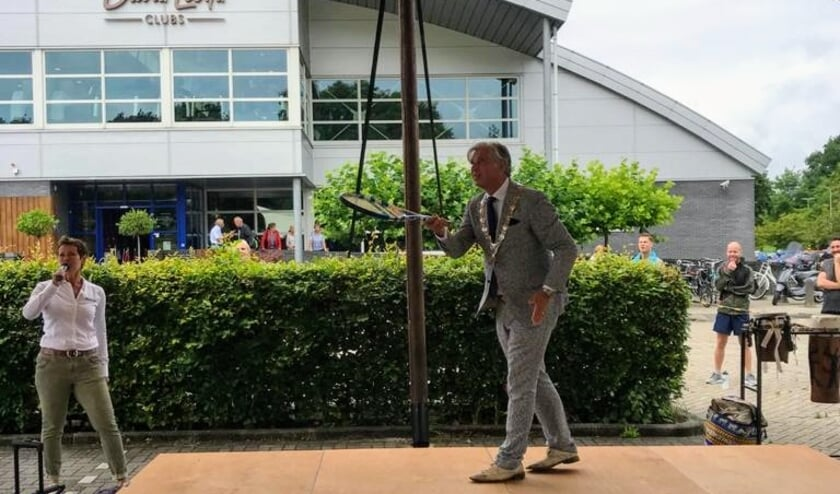 Na de Zumba les werd door Burgemeester Oskam en General Manager Suzanne van Houwelingen de sportschool officieel heropend.