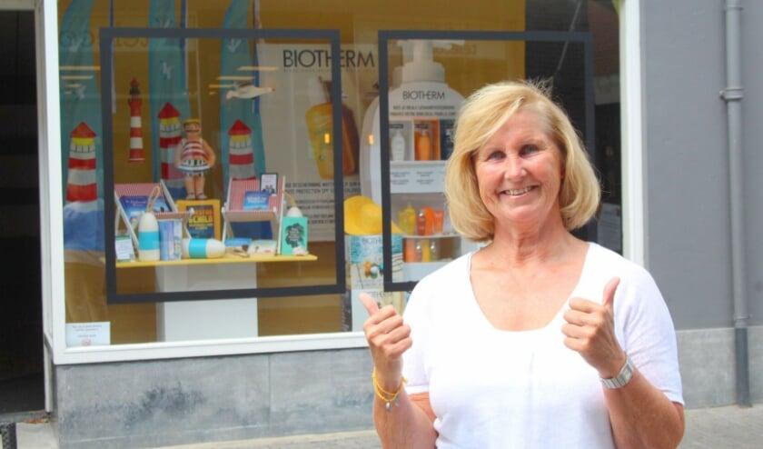 Gerrie de Bie - voor de zomeretalage - is creatief brein en uitvoerder achter de bijzondere etalages in de binnenstad. (foto: Lysette Verwegen)
