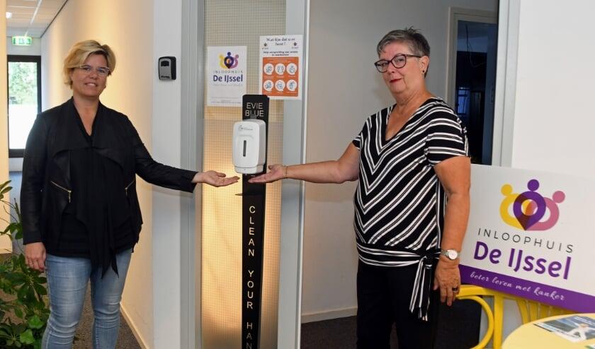 Op korte termijn regelde Monique een grote dispenser die bij de ingang geplaatst gaat worden zodat iedereen veilig het Inloophuis kan bezoeken.