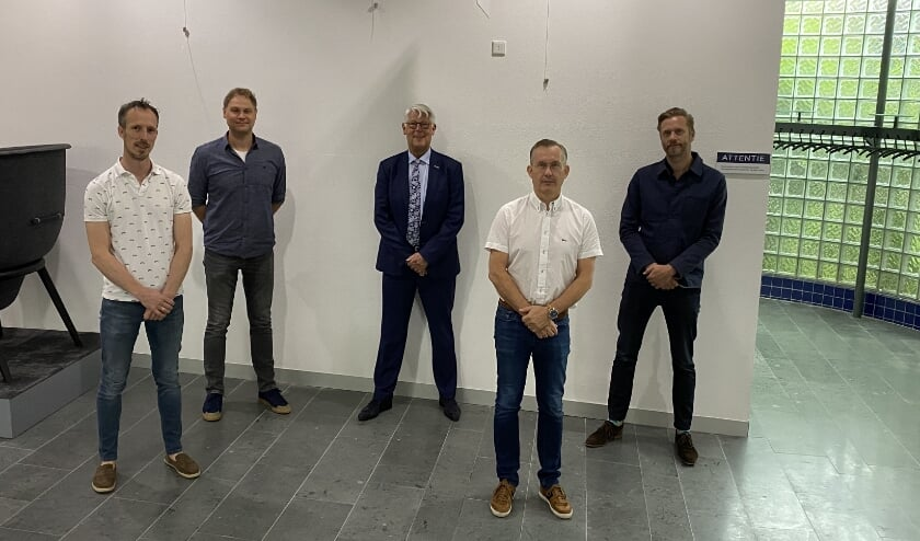 Wethouder Piet van Leenen (midden) ondertekende een intentieovereenkomst met het huisartsenteam van medisch centrum Metrum J.C. Klokkenburg, L.J. Van Eijk, J.W. Van Nieuwaal en F. Quispel (v.l.n.r.)
