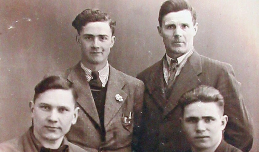 Vlnr staand zoon Ben en vader Bernard Belterman en zittend Sasjka en Andrej. Foto bij de bevrijding van Silvolde.