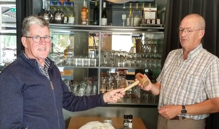 Jan Visser (rechts) draagt de voorzittershamer over aan Jan den Ouden. (foto: Jannet Doornhof)