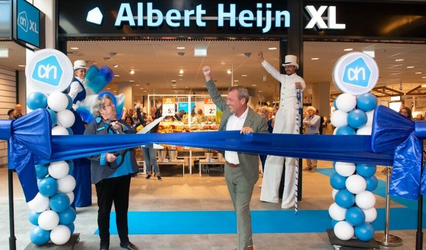 Supermarktmanager Sjon van Ballegooijen en AH-medewerkster Henny Gelauf openden de nieuwe AH XL De Savornin Lohmanplein.