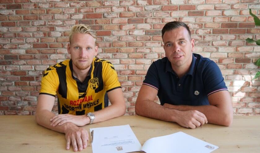 Stef Nijland tekent een eenjarig contract bij DVS'33; rechts tc-lid Edmund Mijnheer.