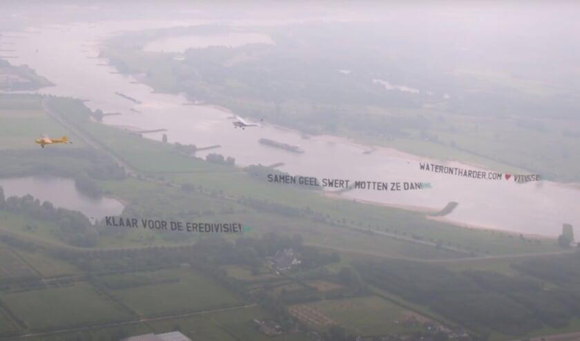 Vitesse en Waterontharder.com lanceerden de samenwerking met een opvallende vlucht over Arnhem.