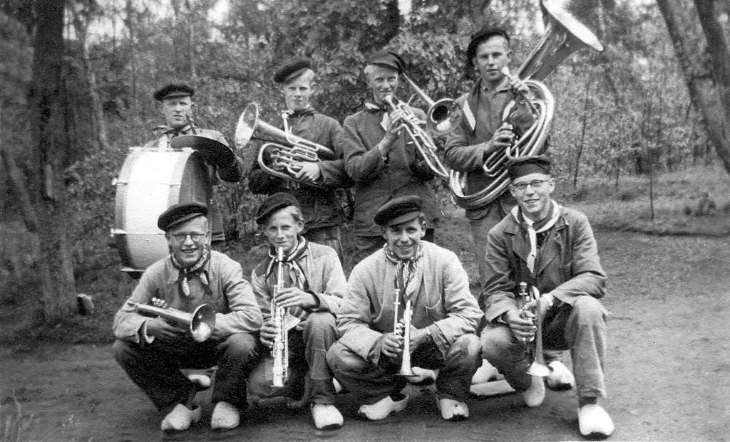 Onze Bietenbouwers uit Montfoort op een foto uit het album van Dirk Verheul, genomen tijdens een optreden in Arnhem in 1953. (Privé foto) Foto: Privé foto © DPG Media