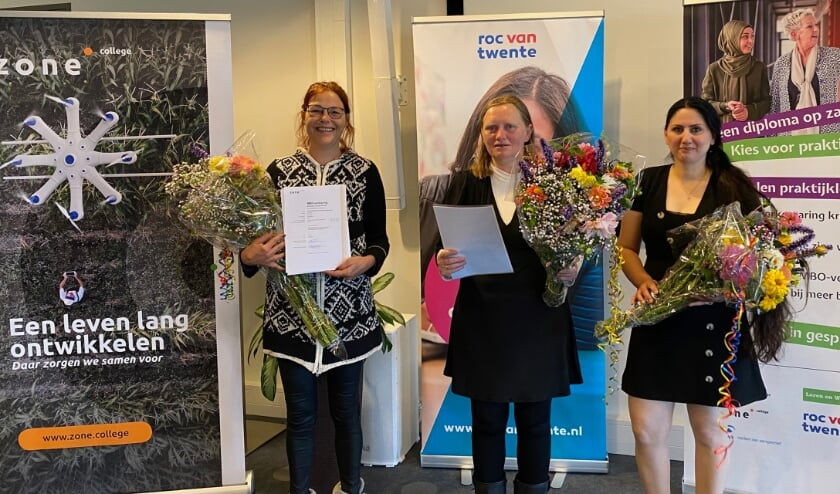 V.l.n.r. Lieke Sterz (Zone.college), Esther Burema en Nahren Hanna (ROC van Twente). Helaas kon Gertie Breteler (Zone.college) niet aanwezig zijn. Zij ontvangt haar verklaring op een later moment.