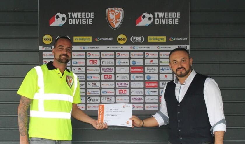 Marcel Bekker ontvangt het certificaat uit handen van GökhanÖnder, directeur van URAS Group B.V.