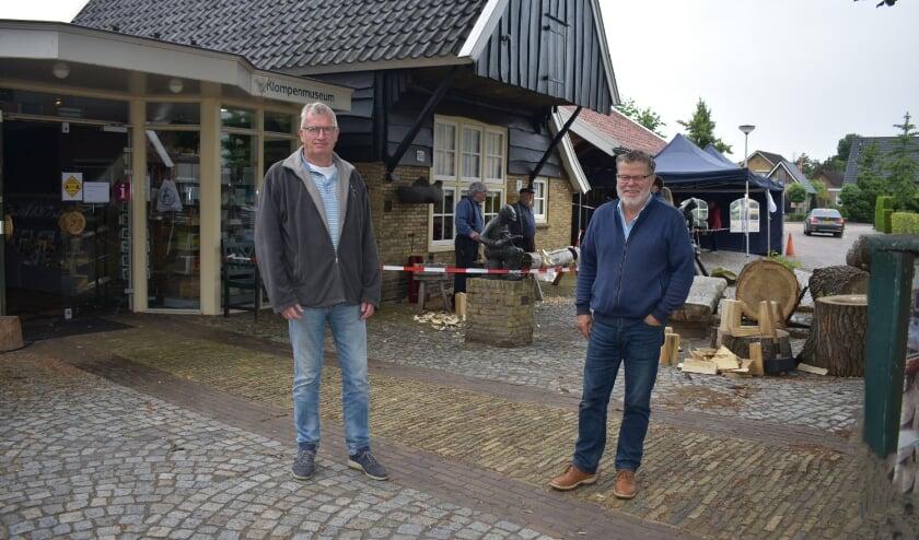 Albert Bouwmeester en Johan Katuin van Stichting Enters Erfgoed bij het Klompen- en Zompenmuseum. (Foto: Van Gaalen Media)