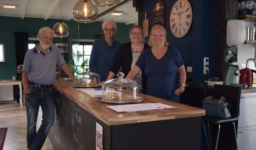 Links Marinus Trommel, rechts Tom Comman, Debby Derks en Annelies Derks in het Noaberhoes. (Foto: Van Gaalen Media)