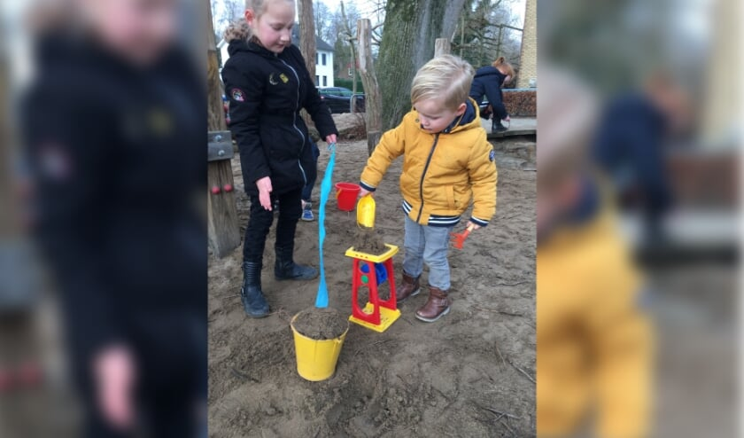 Ise en Sem Coenders genieten van het samen buiten spelen.