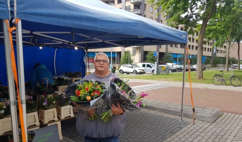 Jan Elsenaar is blij dat hij zijn bloemen weer aan de man kan brengen, maar mist wel zijn collega's. (Foto: Kees Stap)