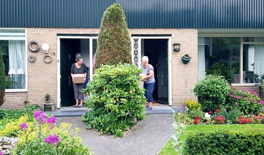 Ouderen in de Robijnstraat werden door hun jonge buurtgenoten verrast.