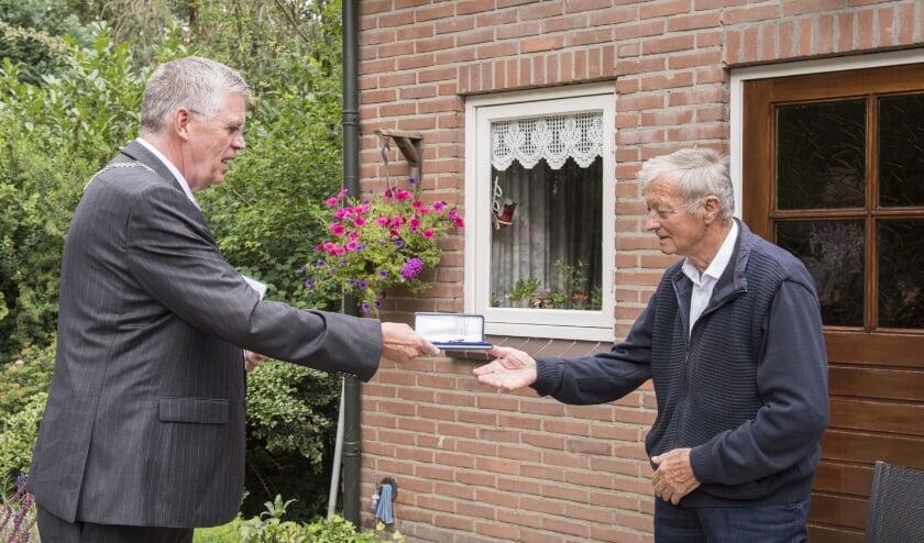Vanwege gezondheidsredenen ontving Van den Ham zijn onderscheiding thuis.
