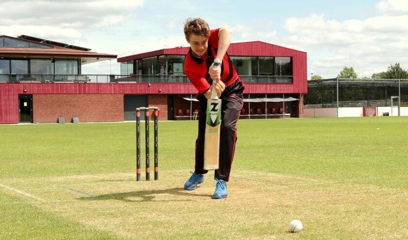 Siebe van Wingerden krijgt dit seizoen de kans op hoog niveau zijn cricket-skills te verbeteren. (Foto: VOC Cricket)