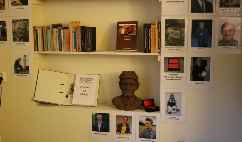In de kamer van de Rijssense stadsgeschiedenis is de schrijvershoek in aanbouw. Uiteraard ontbreken daar de gebroeders Schönfeld Wichers niet. (Foto: Jan Joost)
