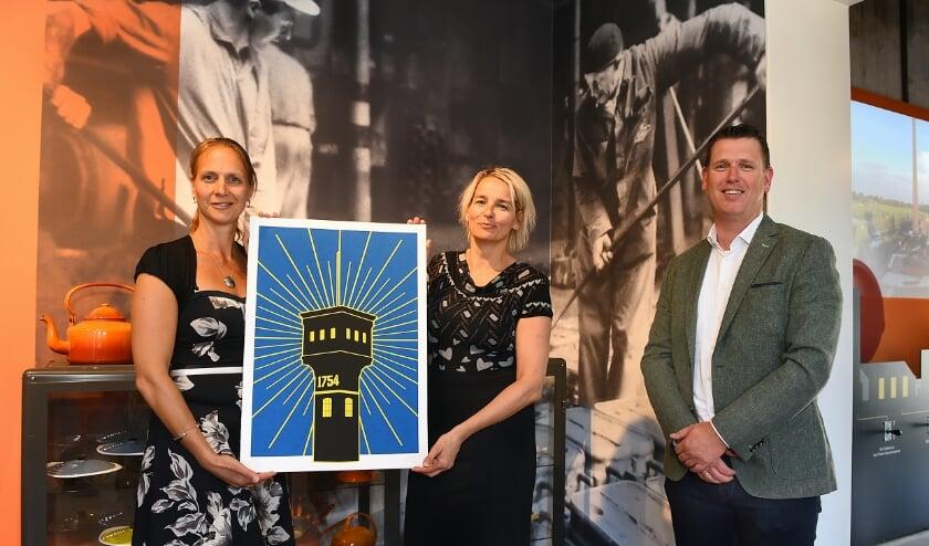 Juliëtte Hofman, Janine Kock en Manuel Hezeman met een exemplaar van het kunstwerk. (foto: Roel Kleinpenning)