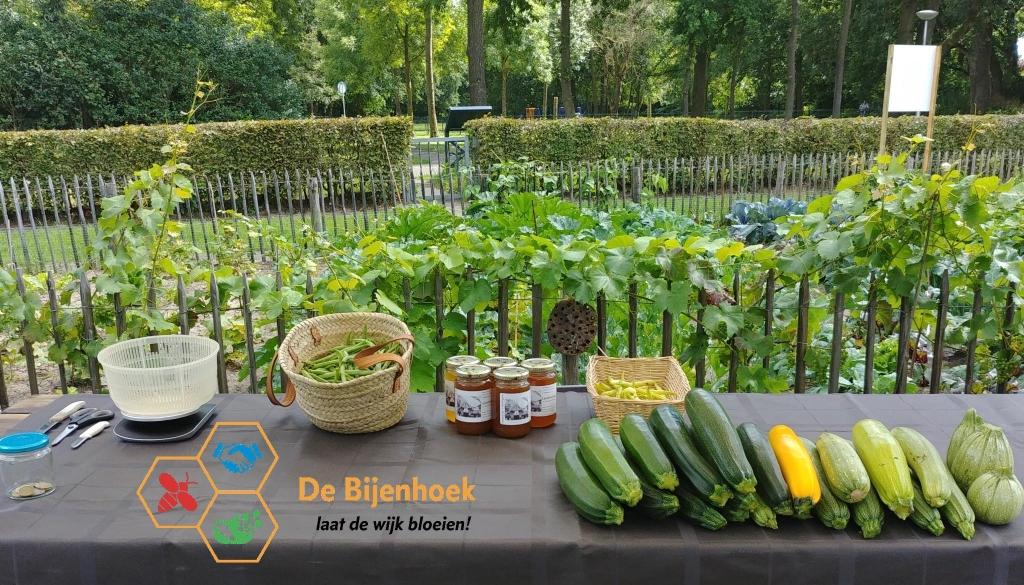 Een toonbank vol onbespoten groenten en potten honing. Foto: PR © DPG Media