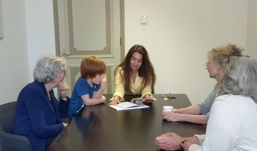 Maandag reikte het Odensehuis het boekje uit aan wethouder Lara de Brito