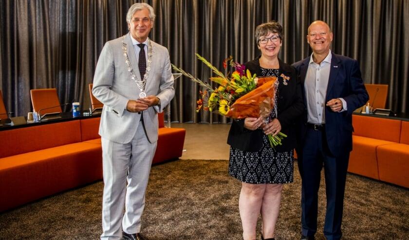 Burgemeester Oskam met Marian Bruijnzeels-Tijsmans, Lid in de Orde van Oranje-Nassau. (Foto: Frank de Roo)