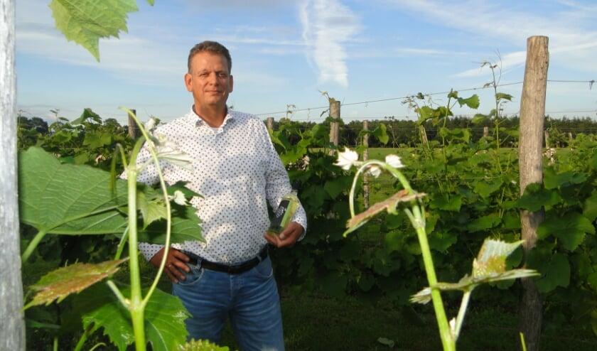 Michel Nijenhuis met een fles wijn van Chateau Splo. (Foto: Leo Polhuijs)