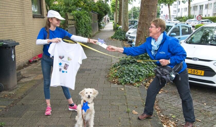 Rikke en Phemia wisselen beloningen uit onder het toeziend oog van hond Skipper.
