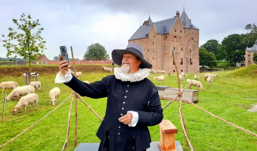 De gidsen van Slot Loevestein nemen je deze zomer mee in het thema 'Gevangen en Vrijheid'.