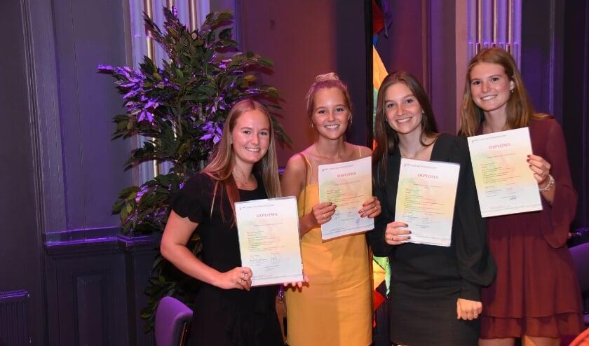 :Geslaagden van 't Groen laten trots hun diploma zien. (Foto: Ton van der Schaal)