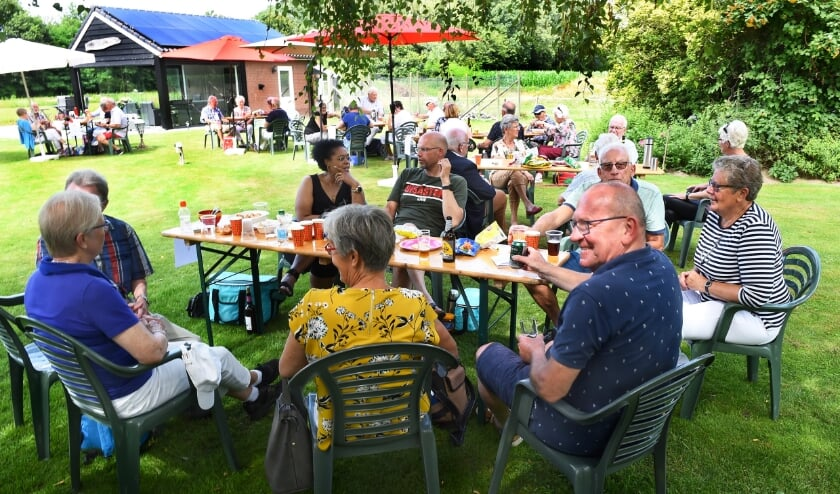 Gaanderens Mannenkoor picknickt in de tuin van dirigent Ben Simmes.