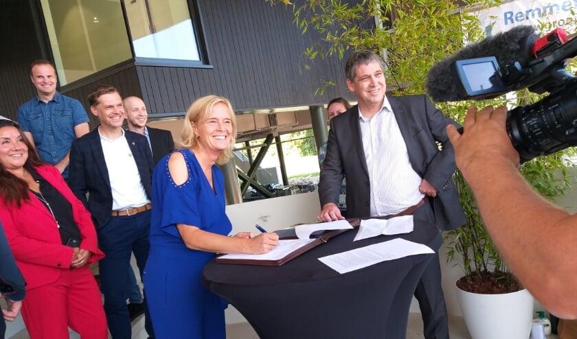 De ondertekening van de oplevering van Gymworld. Wethouder Ingeborg ter Laak (l) en directeur Remmers van Bouwgroep Remmers.