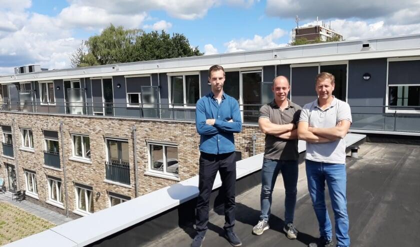 Stefan en Patrick Tanis met Gerard Heuvelman bij zorgcomplex Dennenhorst aan de Eikenlaan. (Foto: Lilian Steensma-Valkenburg)
