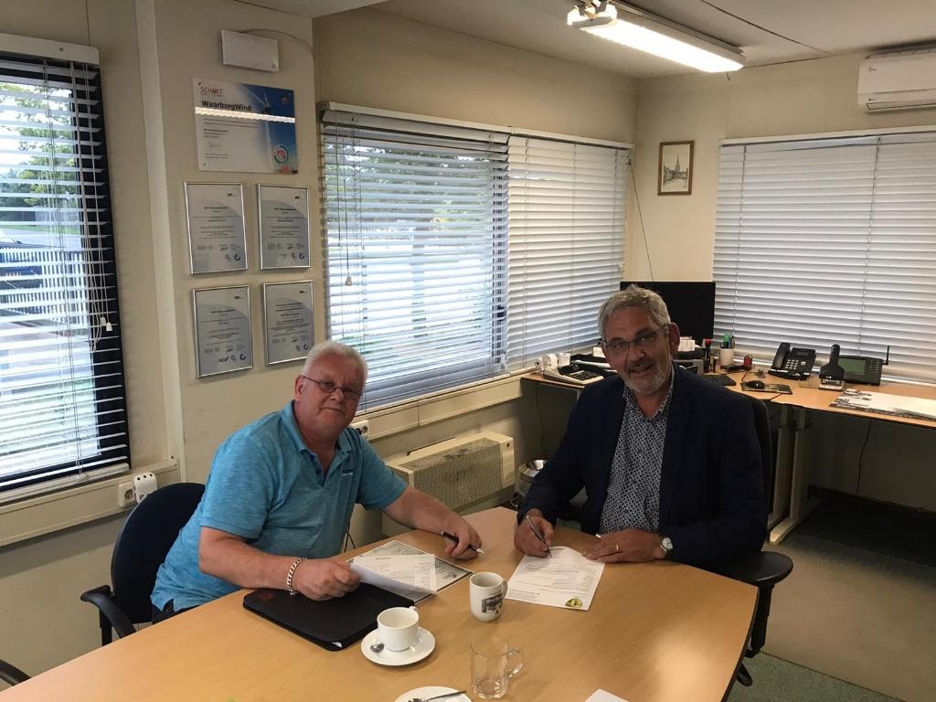 Toon Liebregts van Poort43 ondertekent overeenkomst met voorzitter RKSV Sterksel Hans Langeveld. Foto:  © DPG Media
