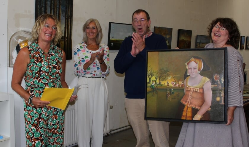 Mariëtte van Slagmaat (re) is blij met de eerste coronproof vernissage in haar galerie, in bijzijn van Ivo de Wijs, Joke Rijneveen en Marja Hanko (li). FOTO: Morvenna Goudkade