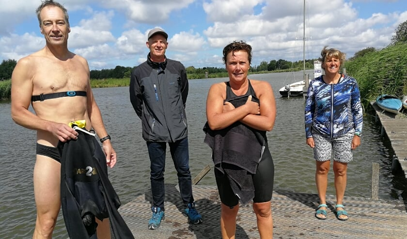 Op de voorgrond winnaar Carlo van de Bergh met Karin Stein op de tweede plaats met op de achtergrond organisator Michel de Maat en lange afstand zwemster Irene van der Laan. Foto: Peter Spek