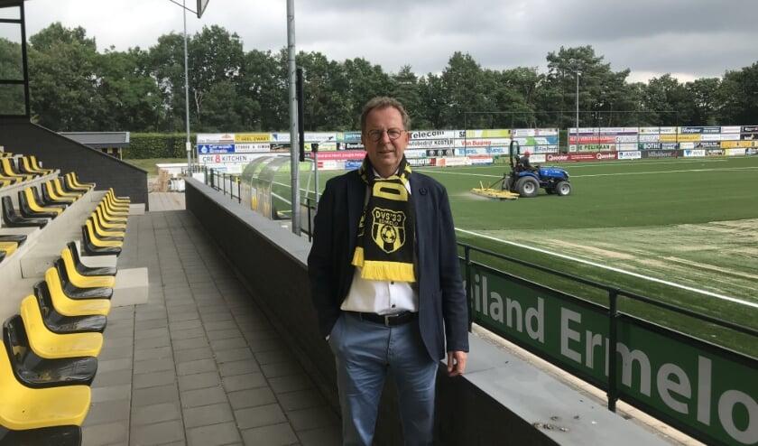 Voorzitter Aart Goossensen op het sportpark van DVS'33, waar gewerkt wordt aan twee nieuwe kunstgrasvelden.