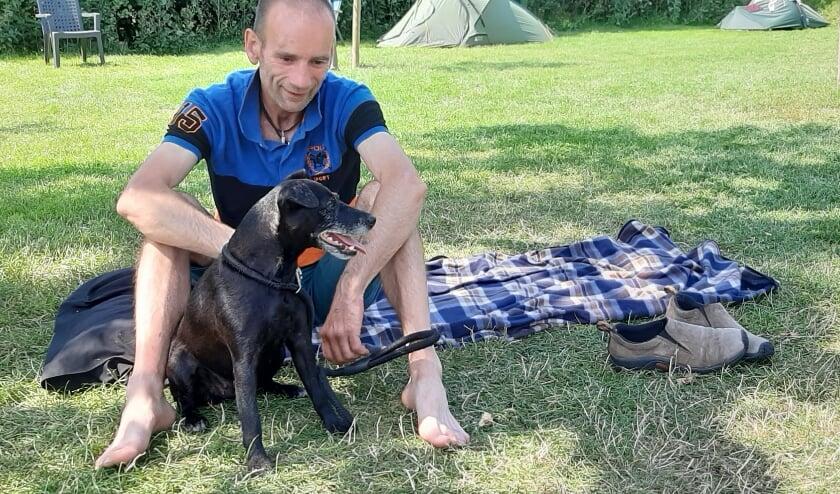 John Haworth uit Wales verblijft met zijn hond Juicy enkele weken op minicamping Tussen de Dijken in Tiel.