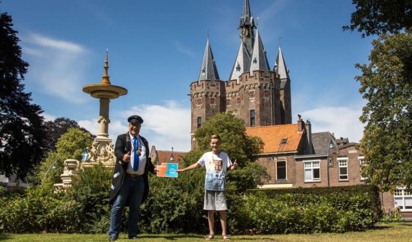 Tobias (10) uit Zwolle ontving van de Zwolse Avond4daagse een prijzenpakket, uitgereikt door Peter Vader, Stadsomroeper. Foto: Klaas Bootsma
