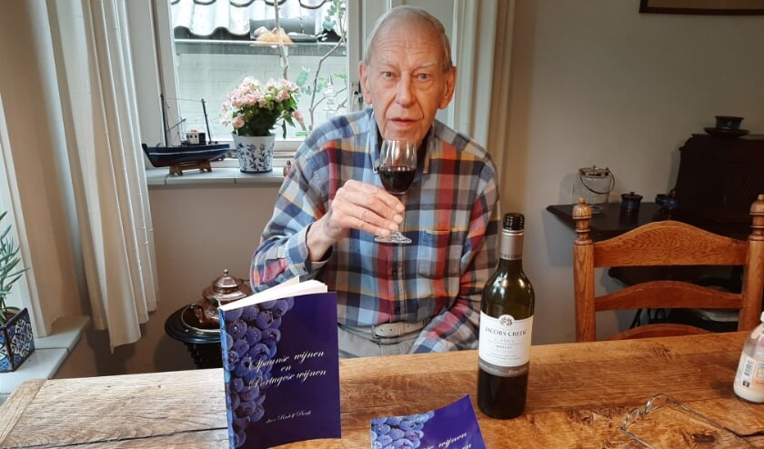 De Wageningse wijnboekenschrijver Rudolf Pierik gaat nu op de Spaanse en Portugese toer. (Foto: Martin Brink/DPGMedia)