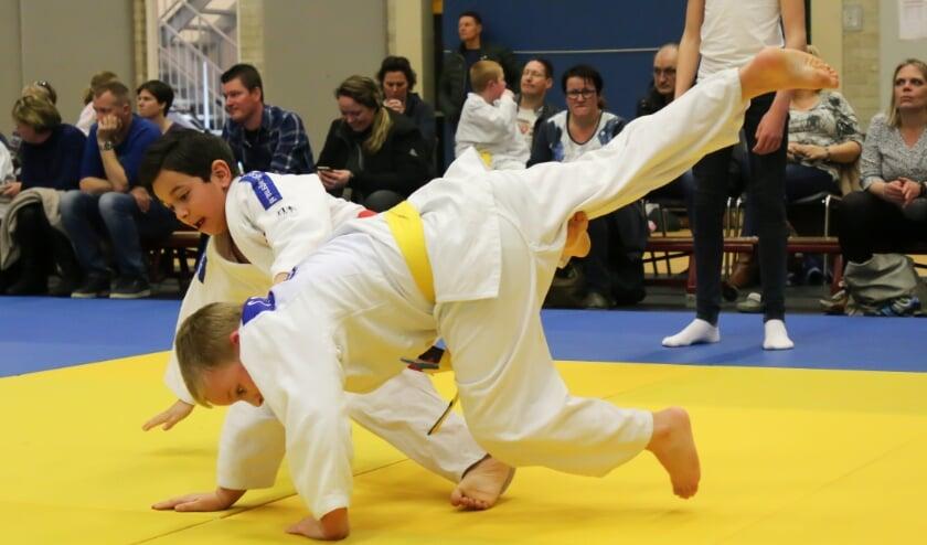 Twee kinderen nemen met plezier deel aan de judolessen.