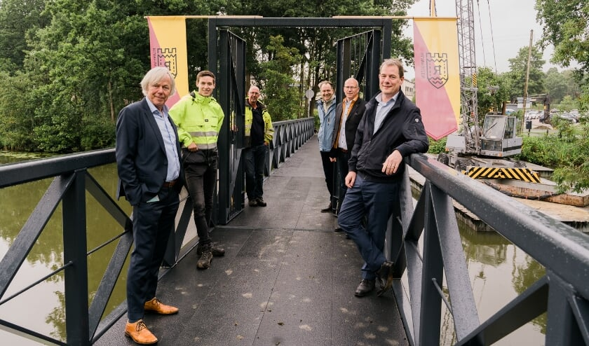 De wethouders Jan Kuiper (links) en Hans Adriani met achter hun de aannemer en ontwerper. Foto: Neeltje Kleijn