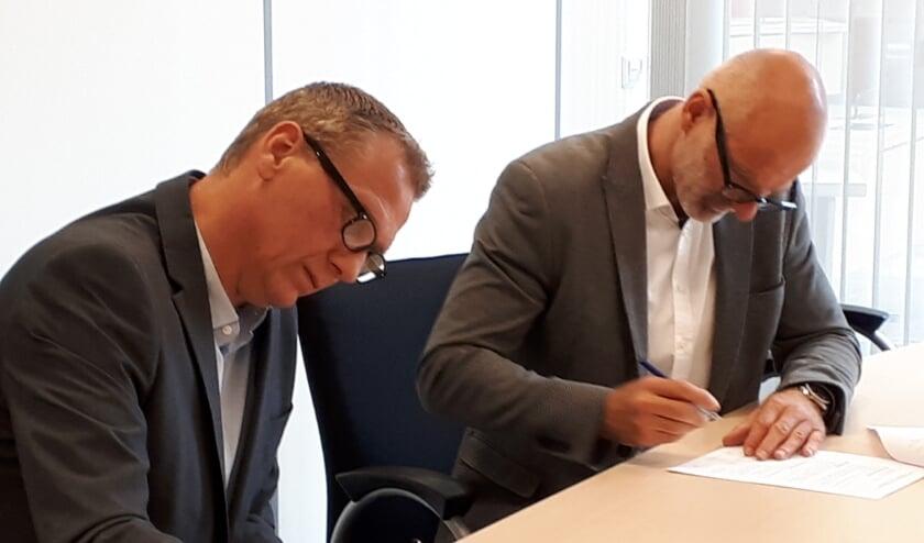 Ondertekening voor de herontwikkeling van de locatie 'Sonneheerdt' in Rhoon door . wethouder Ronald Schneider en Martijn Bruijs (namens Brukon).