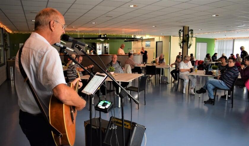 Zanger en gitarist Dick Hegger zong vele gouwe ouwe; het werd een feest van herkenning. Eigen foto