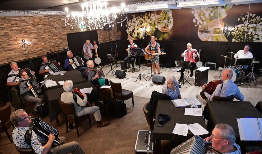 Zaterdag 4 juli vond de voorzichtige opstart van het accordeontreffen plaats in de Tipmast. De aanwezige accordeonisten waren blij weer samen muziek te kunnen maken.