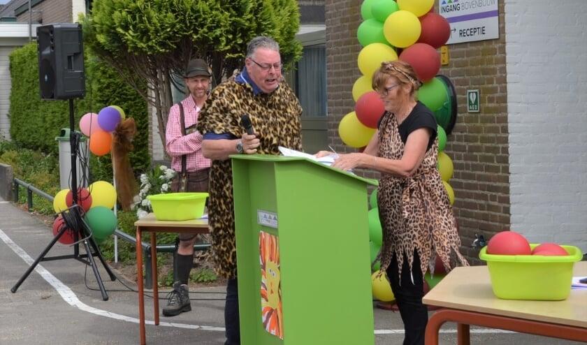 Juf Marian van de Laar en meneer Peter Christophe in kleding passend bij het afscheidsthema 'Jungle'. Foto: Hely van der Neut
