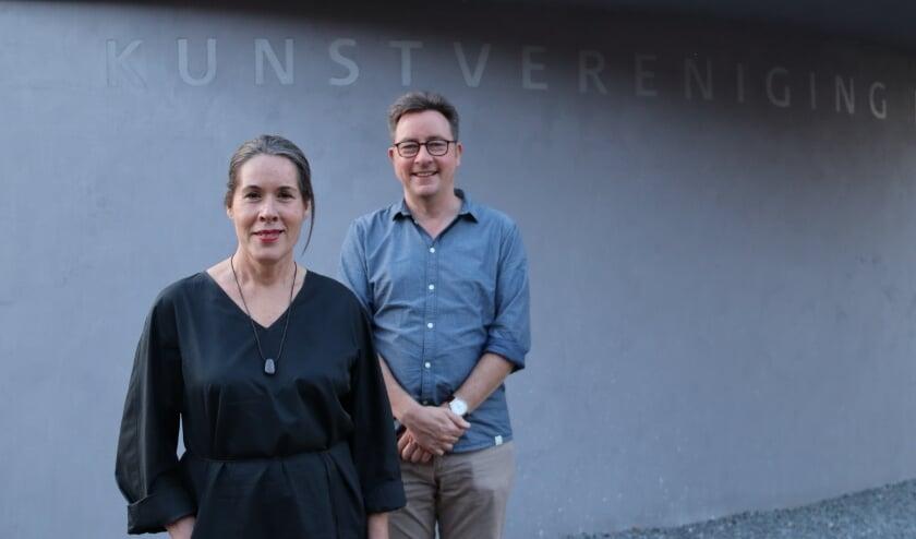 Nieuwe voorzitter Marlies Leupen en aftredend voorzitter Just Schimmelpenninck voor het hoofdgebouw van Kunstvereniging Diepenheim.
